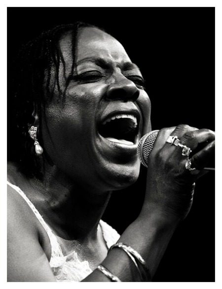sharon-jones-the-dap-kings-at-moers-festival-2007