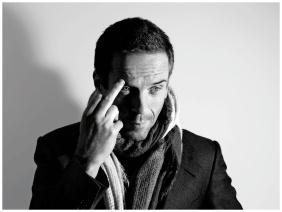 L'attore Damien Lewis, reduce dal successo di Homeland, quasi intimidito nel fare il gesto davanti all'obiettivo del fotografo